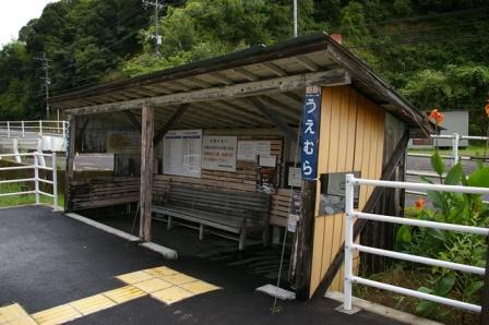 植村駅の待合所