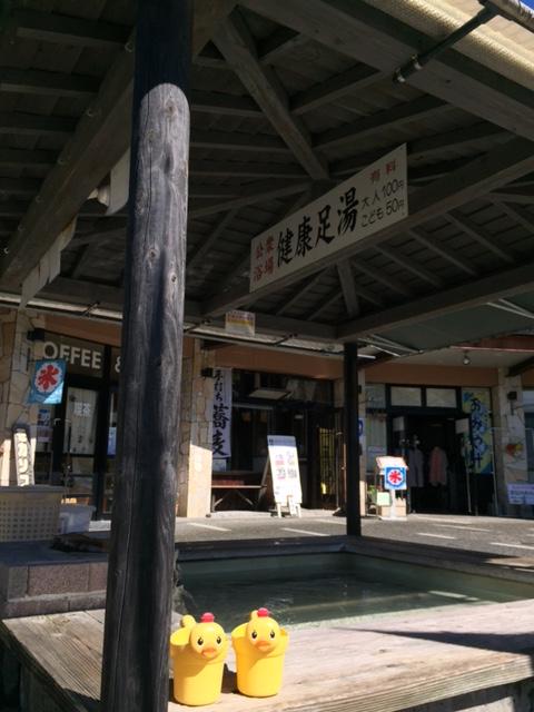 霧島温泉市場の足湯の柱が・・・♪