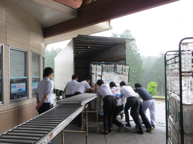 口永良部島から屋久島町へ避難されている方に、関平鉱泉水が送られます