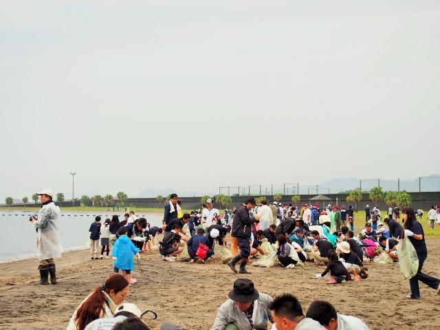 錦江湾クリーンアップ大作戦と国分キャンプ海水浴場の海開きが行われました