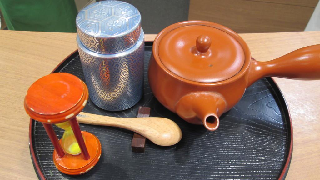 錫器の茶筒です。